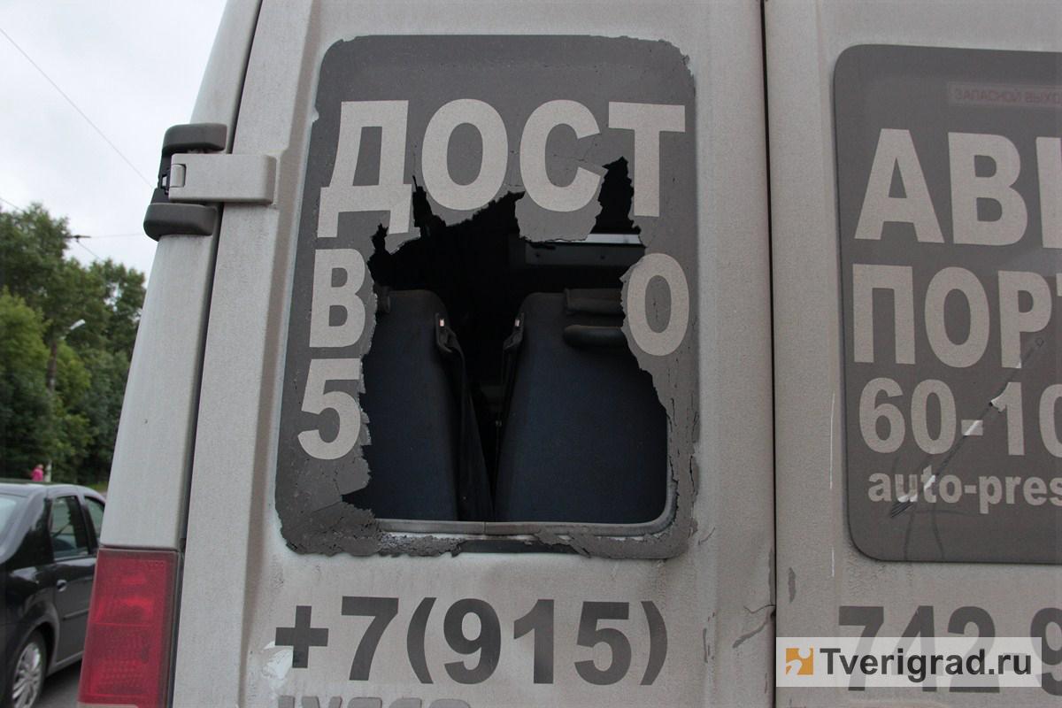 ...громят маршрутки (фото) На улице Спартака утром 22 июля неизвестные напали на две машины маршрутных такси.