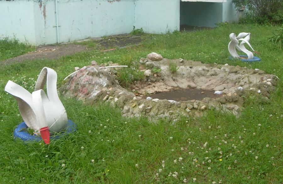 Поделиться.  Клумба-пруд и Лебеди.  Бульвар Гусева, д. 36.