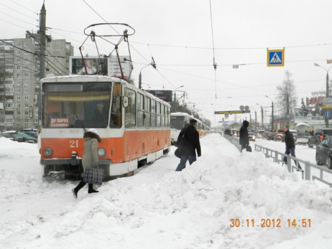 Общественный транспорт Твери проигрывает борьбу со снежными заносами.