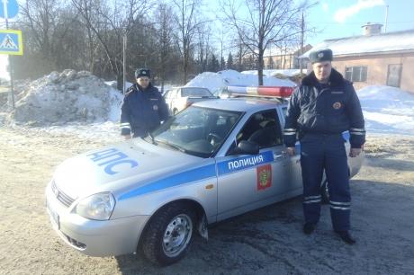 В Тверской области сотрудники ГИБДД спасли двоих мужчин из пожара