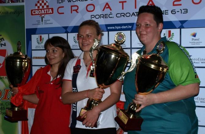 Анастасия Добромыслова (в центре) - чемпионка Европы по электронному дартсу