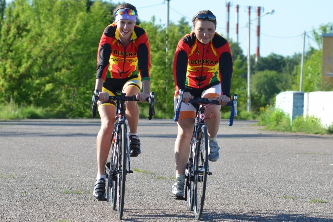Виктория Виноградова (на снимке слева) - победительница всероссийской гонки в Великих Луках