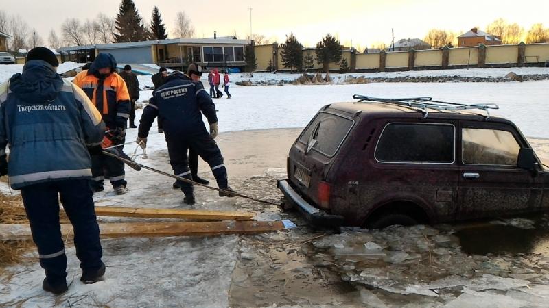 Автомобиль с людьми провалился под лед в Конаково