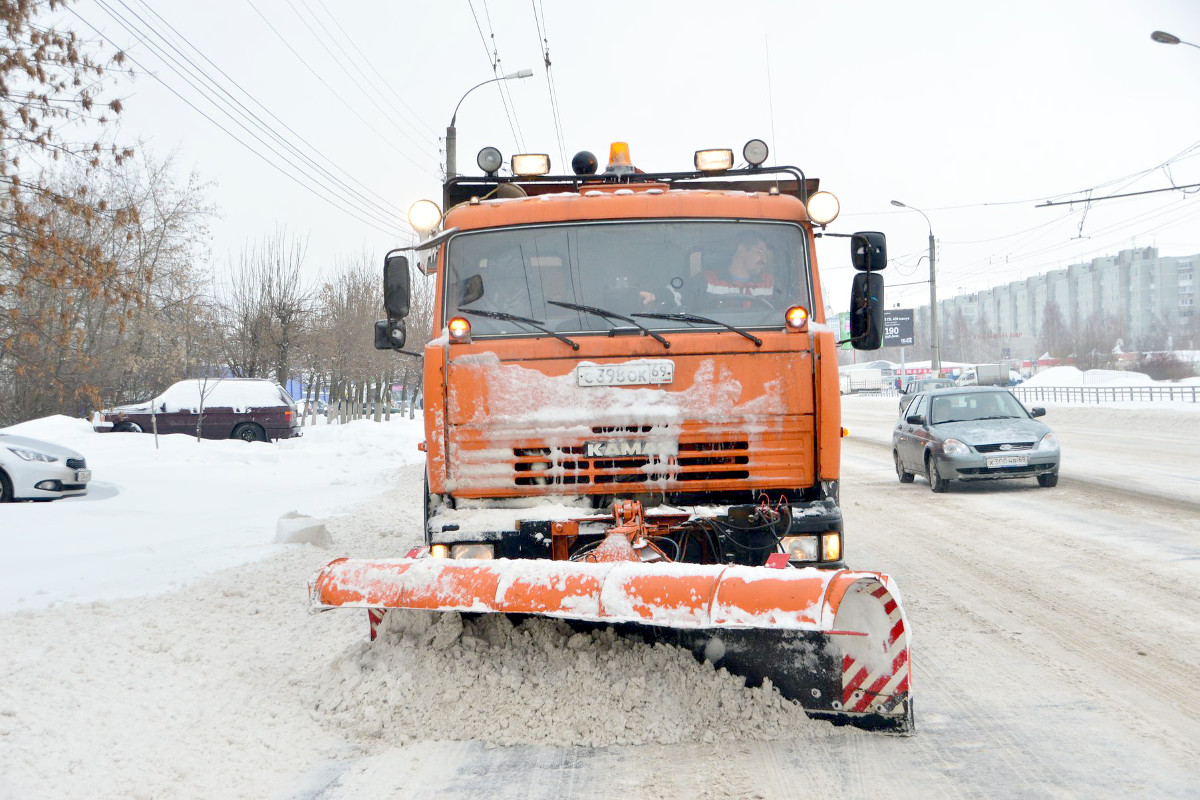 Тверь чистят от снега