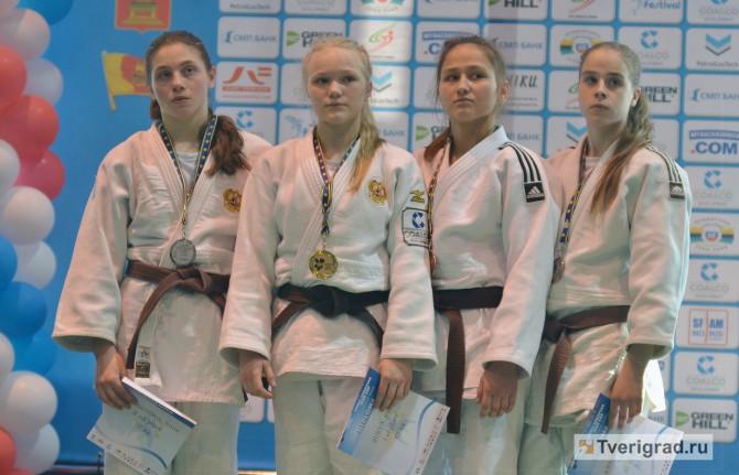 Ульяна Красильникова (на снимке первая справа) - на пьедестале почета Кубка Европы