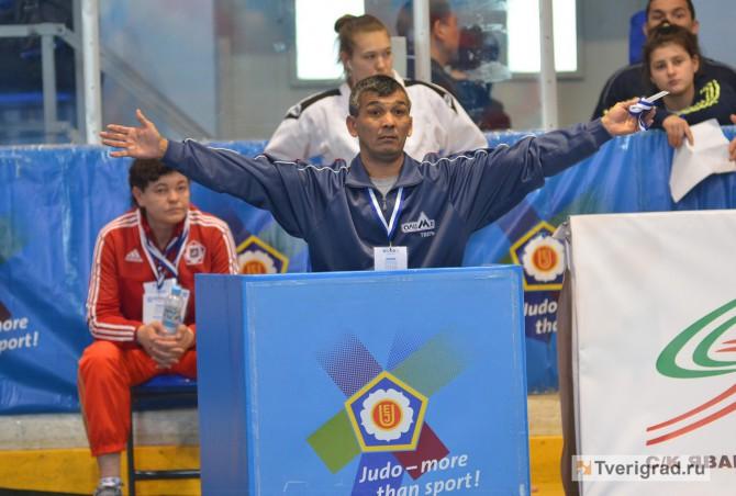 Кахраман Нуралиев, тренер Ульяны Красильников, помогал спортсменке во время борьбы на Кубке Европы в Твери