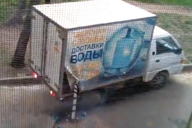 грузовик зацепился за столб