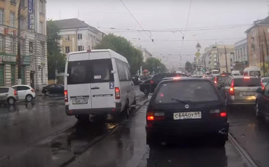 маршрутка на встречных трамвайных путях