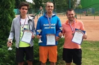 Михаил Суворов (на снимке справа) с призами турнира