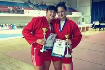 Дайна Амбарцумова (на снимке справа)