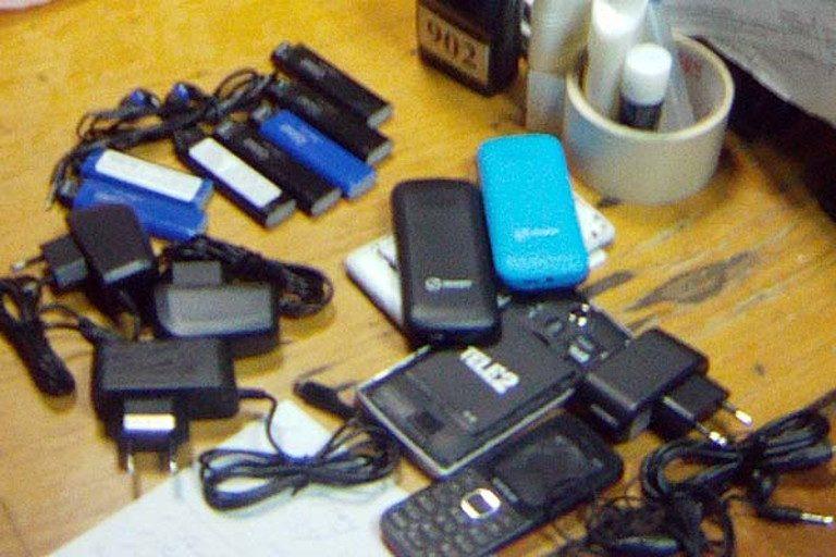 16 мобильников пытались нелегально передать заключенным вМурманской области