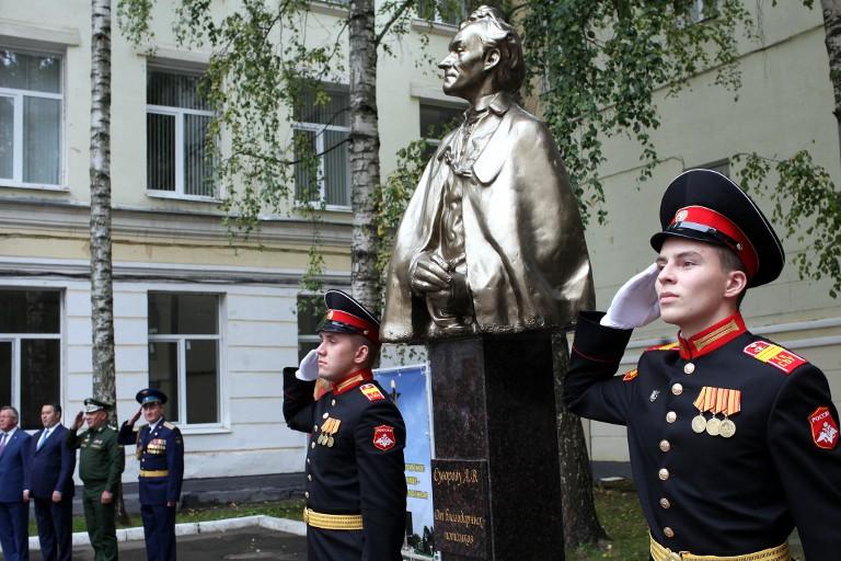 Монумент Суворову открыт вТверском военном училище, носящем его имя