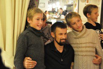 дети и бородатый мужик из зенита