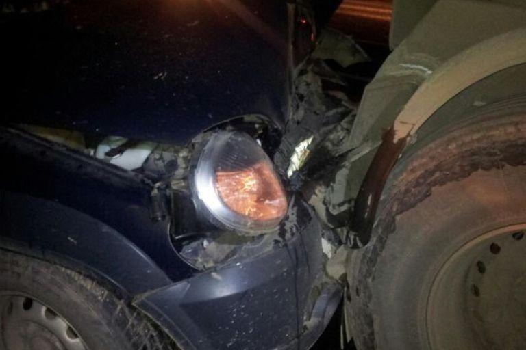 ВТверской области шофёр грузового автомобиля врезался вдорожное ограждение