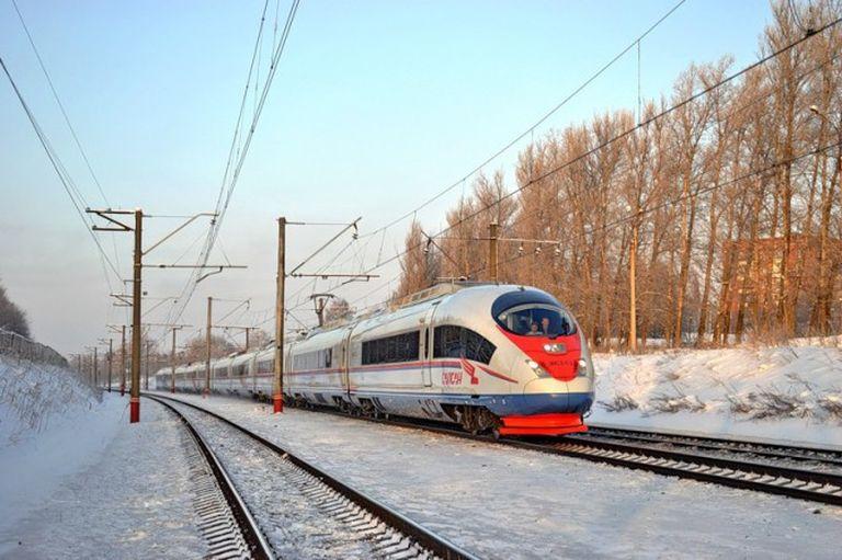 Санкт-Петербург: Снегопады нарушили движение поездов налинии Москва