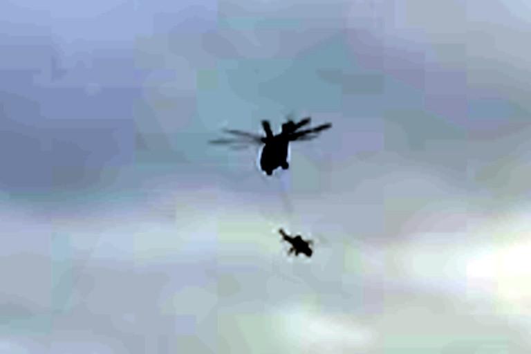 Уникальная операция под Тверью: лётчики изТоржка буксировали вертолёт другим вертолётом