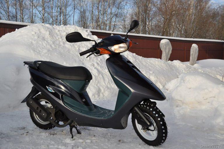 Утопая в снегу, молодой человек попытался угнать скутер в Тверской области