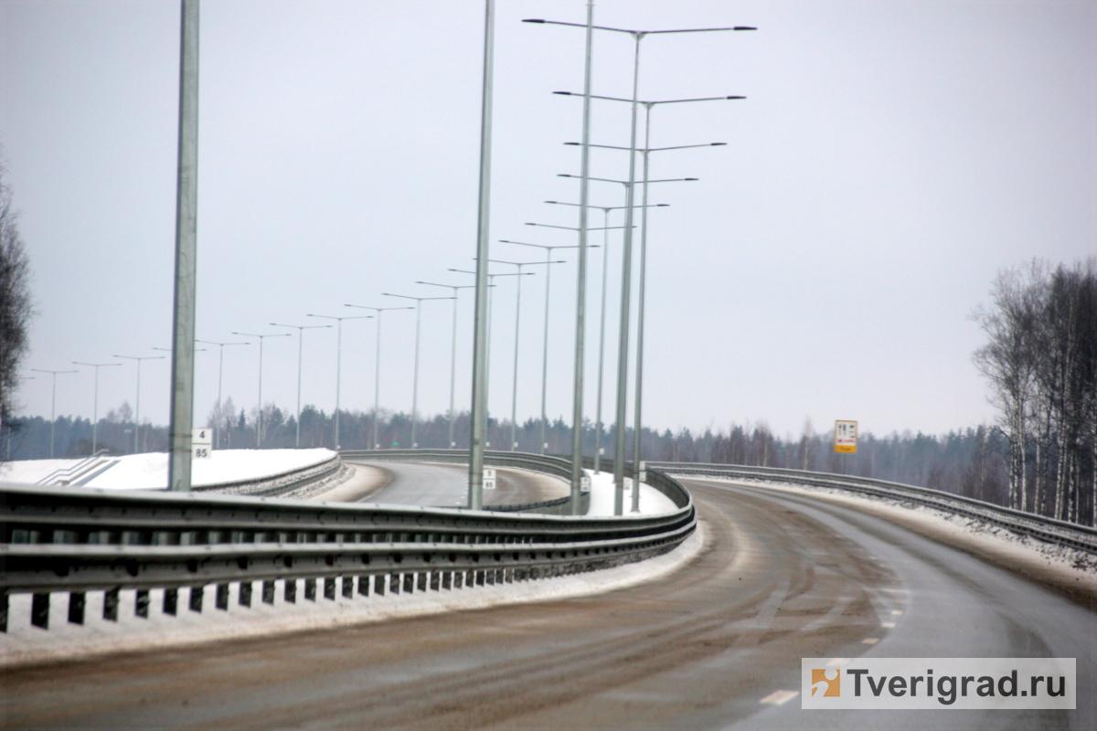 СМИ сообщили о полыхающей фуре на трассе М-11 в Тверской области