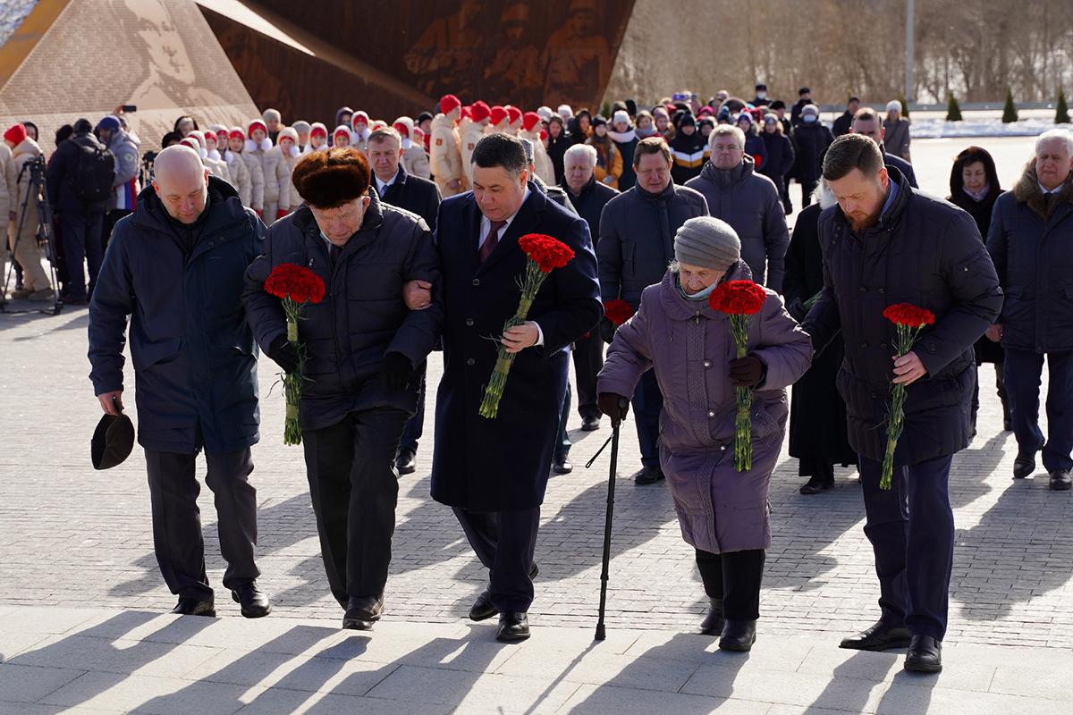 Губернатор Тверской области вместе с ветеранами возложил цветы к подножию мемориала Советскому солдату