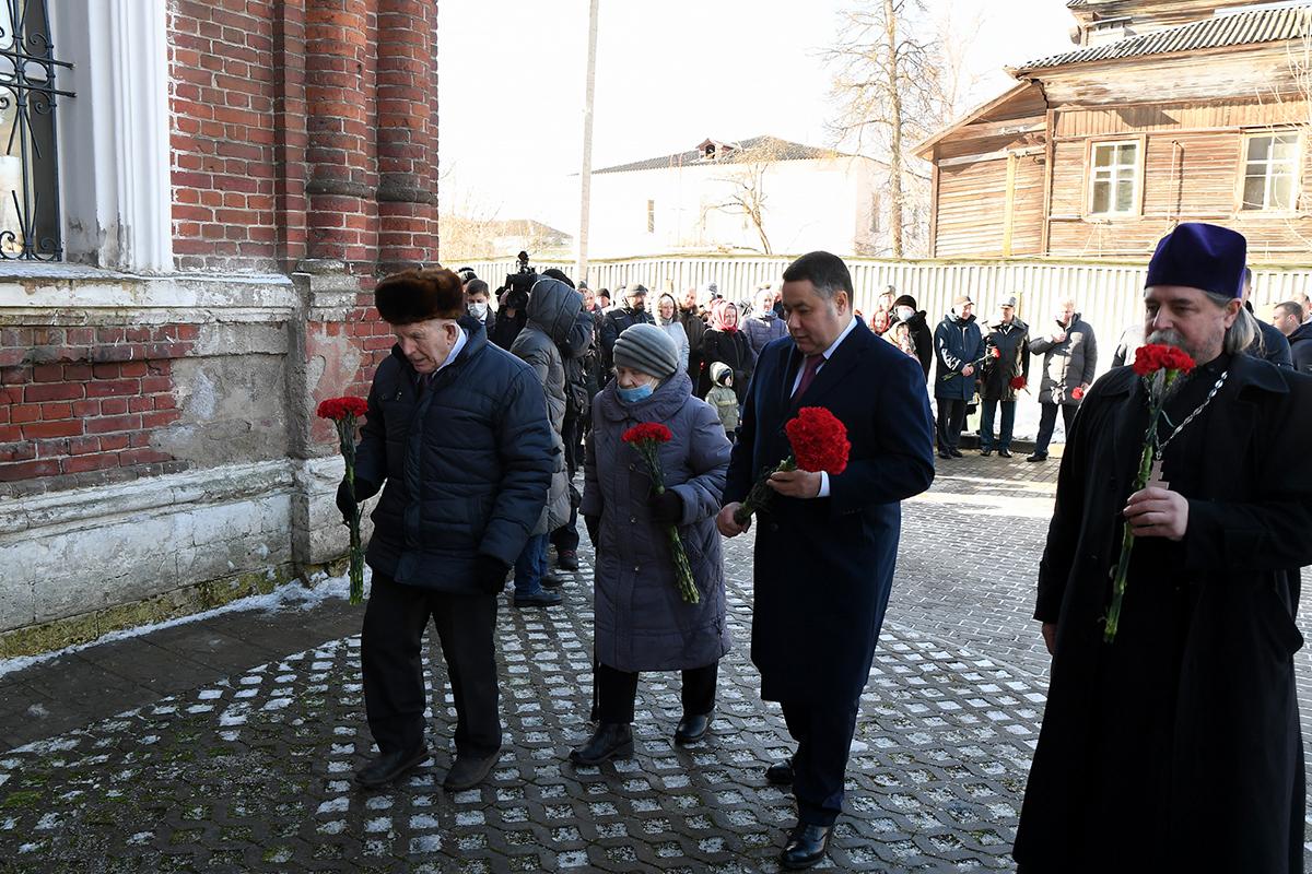 Губернатор возложил цветы к мемориальной доске в Покровском храме в Ржеве