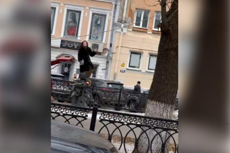 В Твери лишили водительских прав девушку, которая залезла на памятник Михаилу Кругу