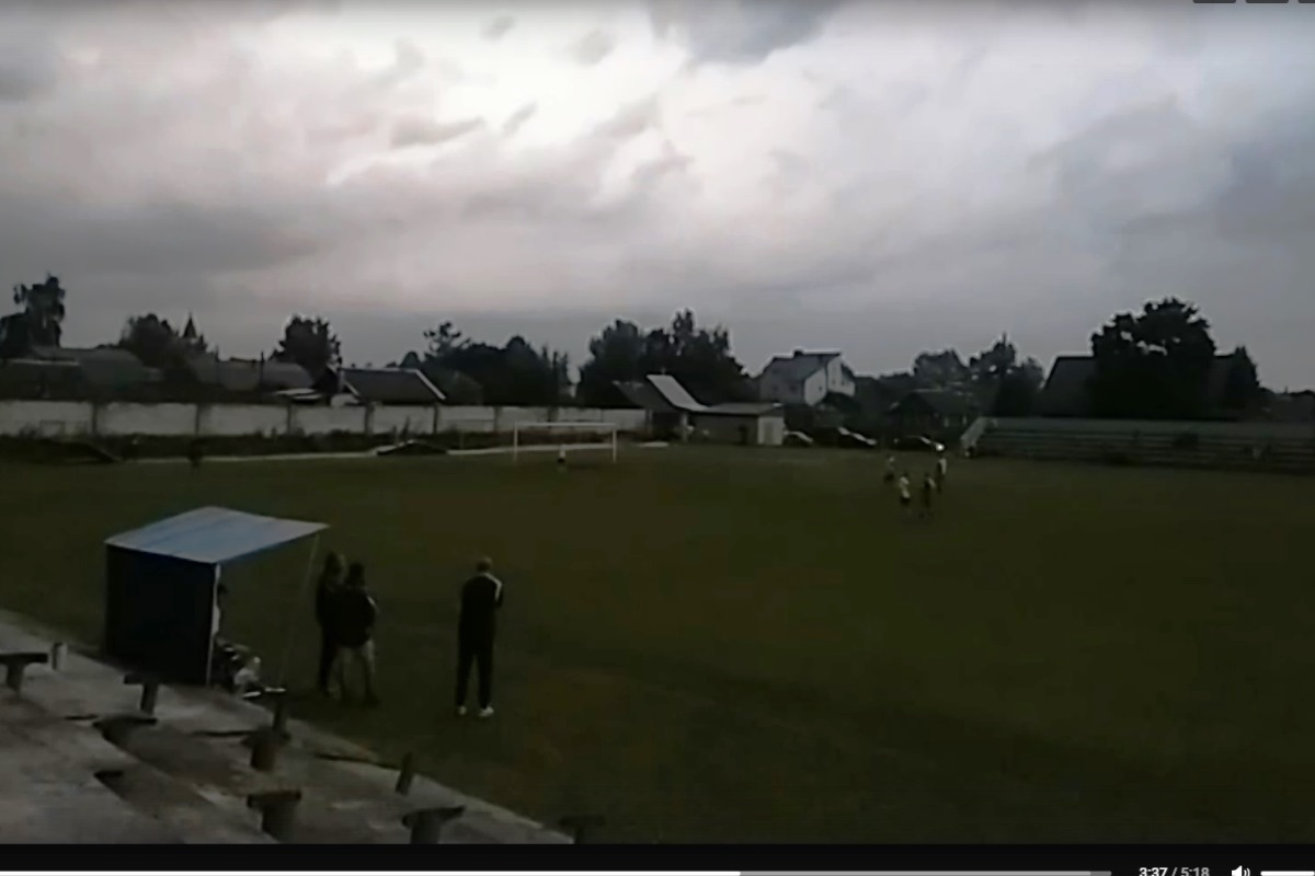 Футбол в страшную грозу: в Тверской области голкипера увезла со стадиона скорая помощь