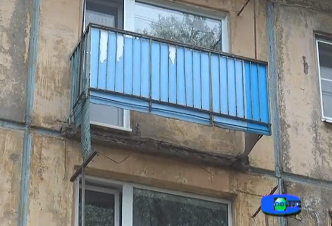 В тверской области вместе с рухнувшим балконом упал мужчина .
