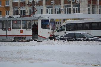 маршрутка врезалась в трамвай