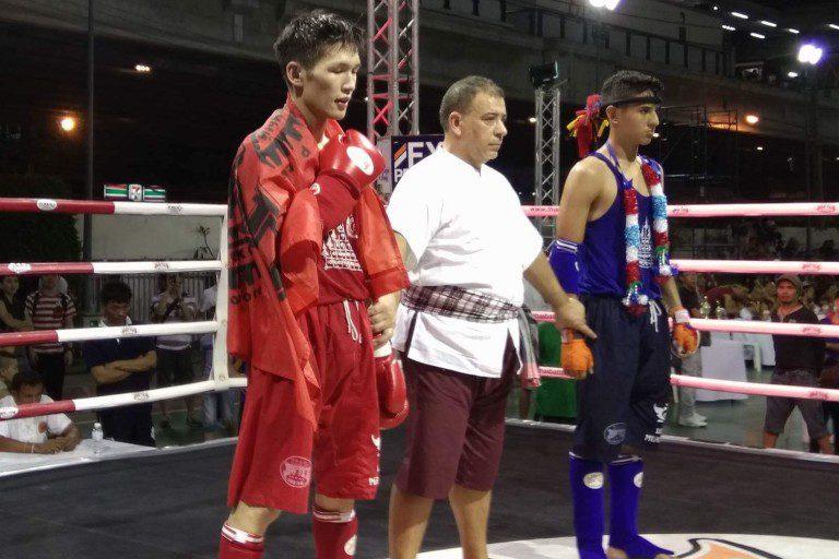 Дуйшон Абакиров (на снимке слева) испытал горечь поражение в поединке в мексиканским бойцом