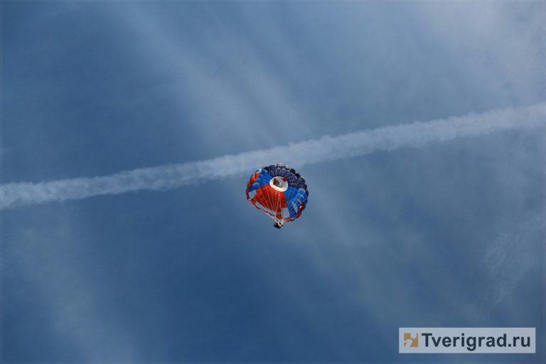 17-летний парашютист потонул после прыжка вТверской области