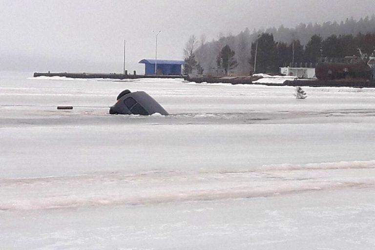 На Селигере под лед провалилась еще одна машина
