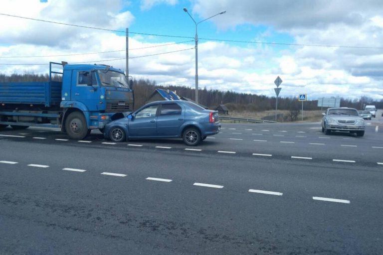 Натрассе М-10 вТверской области легковушка залетела под грузовой автомобиль
