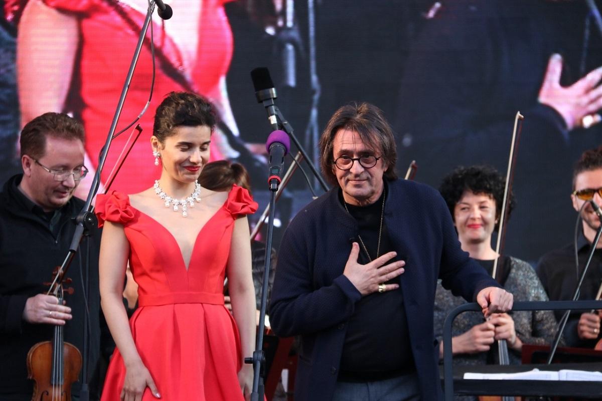 Юрий Башмет иоркестр «Новая Россия» выступили наТеатральной площади вТвери