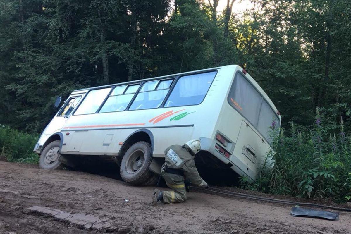 Рейсовый автобус съехал вкювет под Тверью