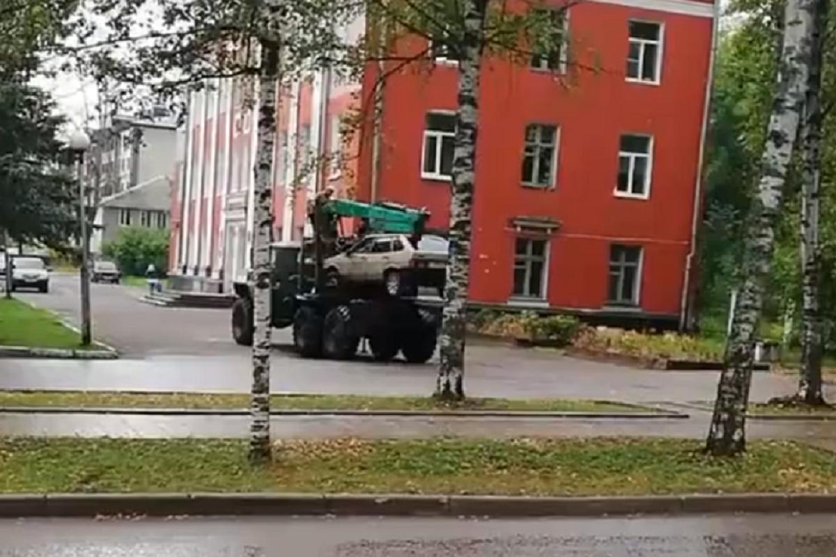 В Нелидово легковушку эвакуировали УРАЛом