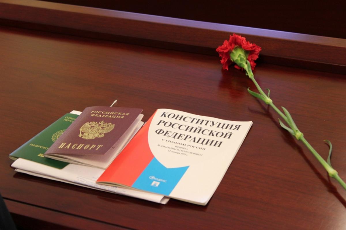 ВДень Конституции южно-сахалинские школьники получили паспорта в милиции