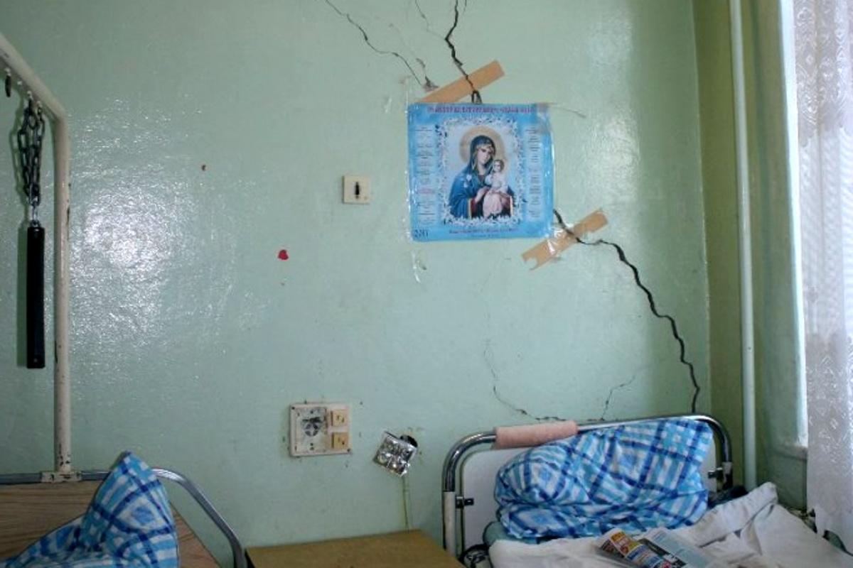 Скотч на трещинах, дыры в потолке, мох на окнах, или Как выглядит больница в Кимрах | Видео