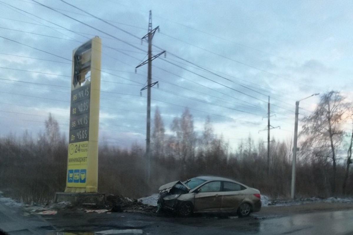 В поселке Южный города Кимры Hyundai протаранил стелу автозаправки
