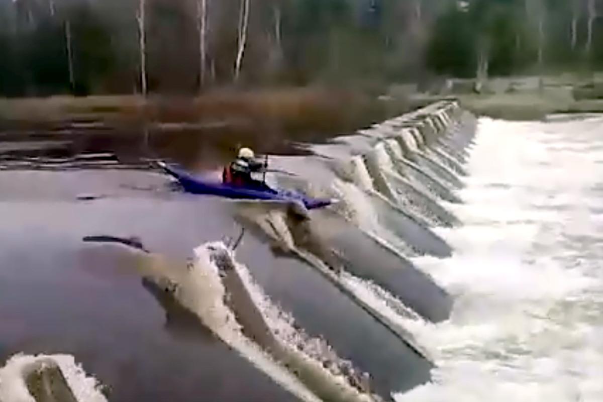 На плотине реки Медведица в Тверской области погиб байдарочник из Дубны | Видео