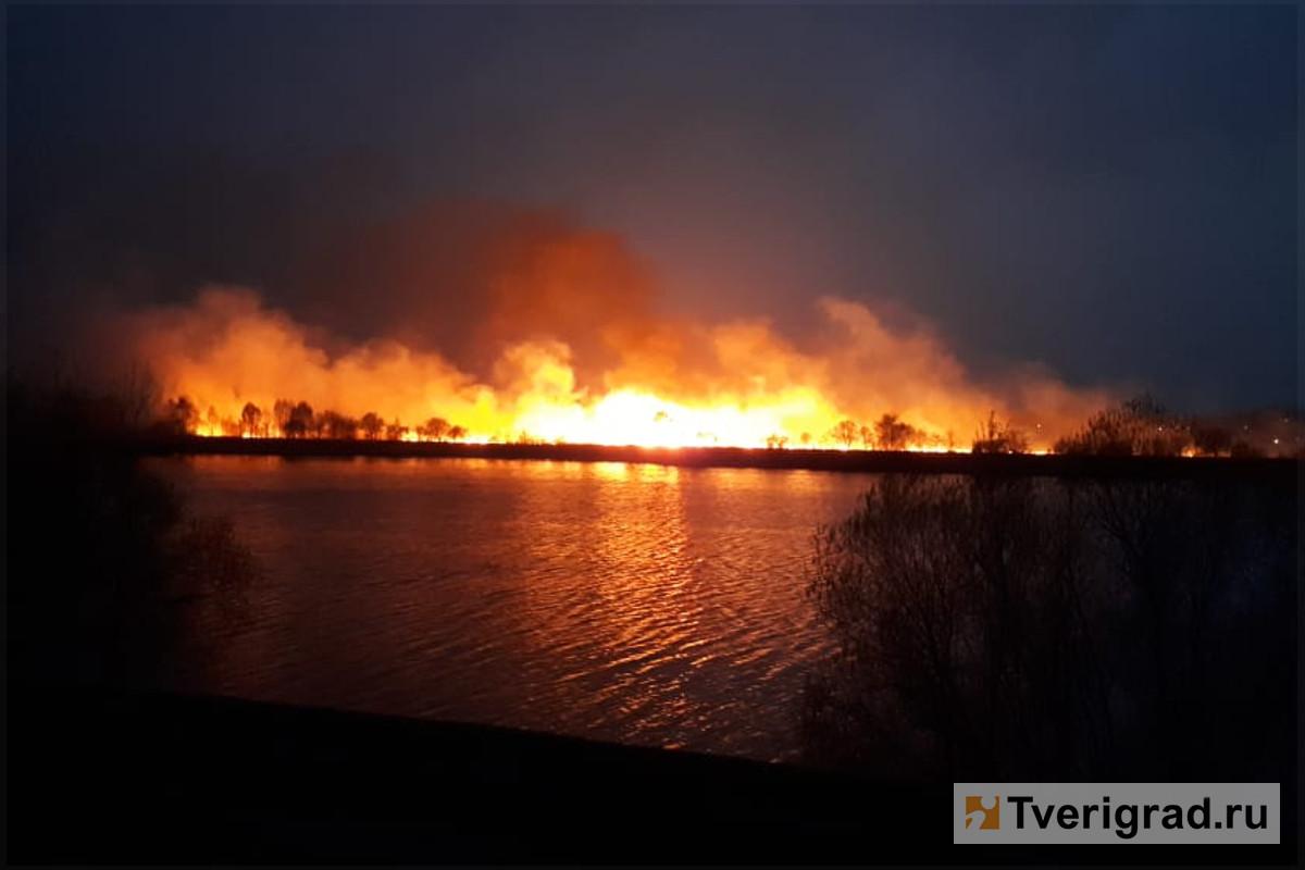 Кимры в огне: в Тверской области полыхает левобережье города на Волге