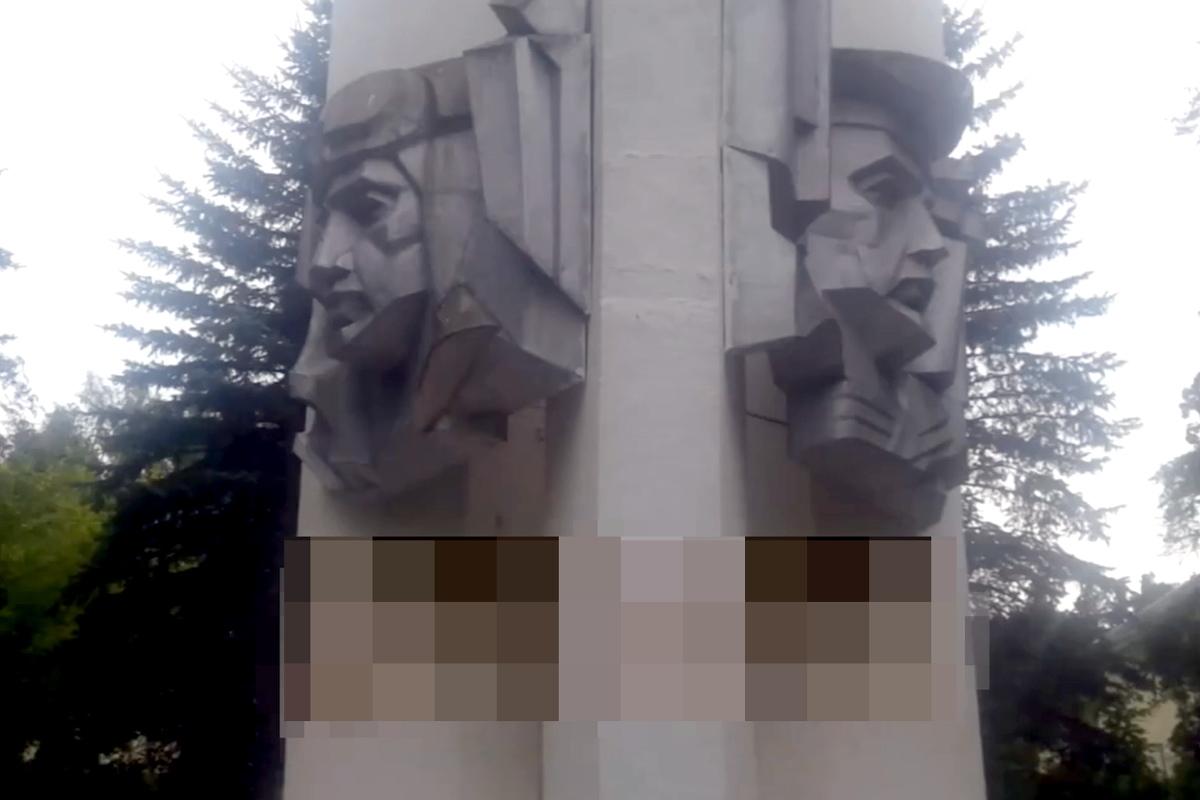 В Белом городке вандалы изрисовали свастикой Обелиск Славы погибшим воинам | Видео