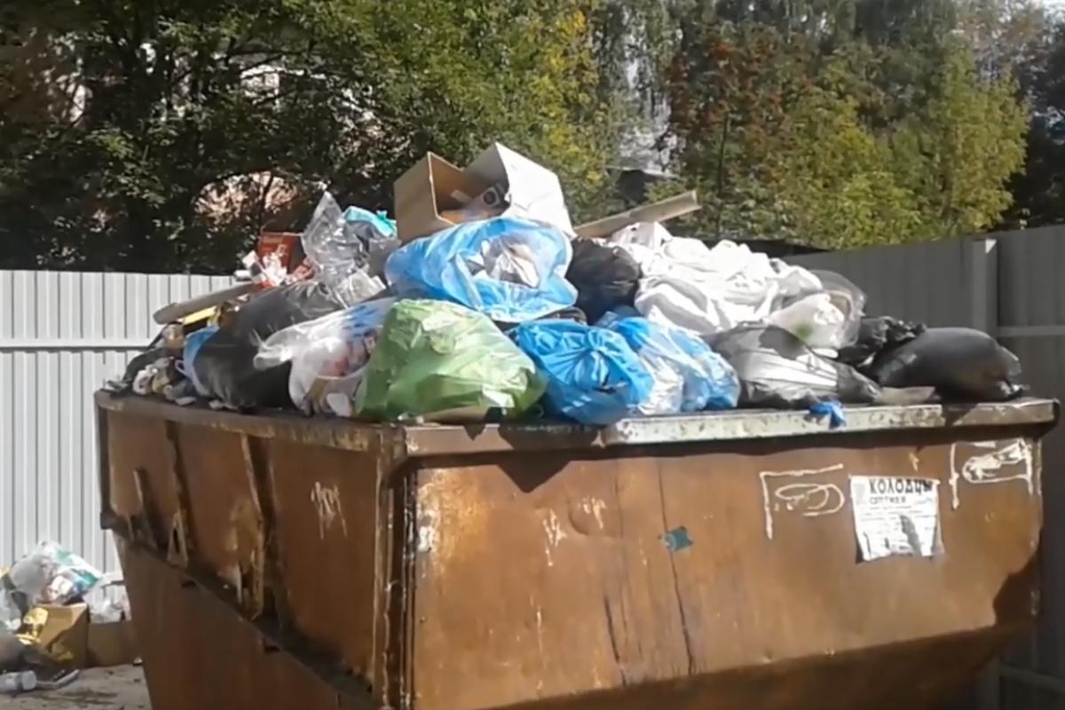 В Белом городке люди сжигают мусор в контейнерах, которые никто не вывозит