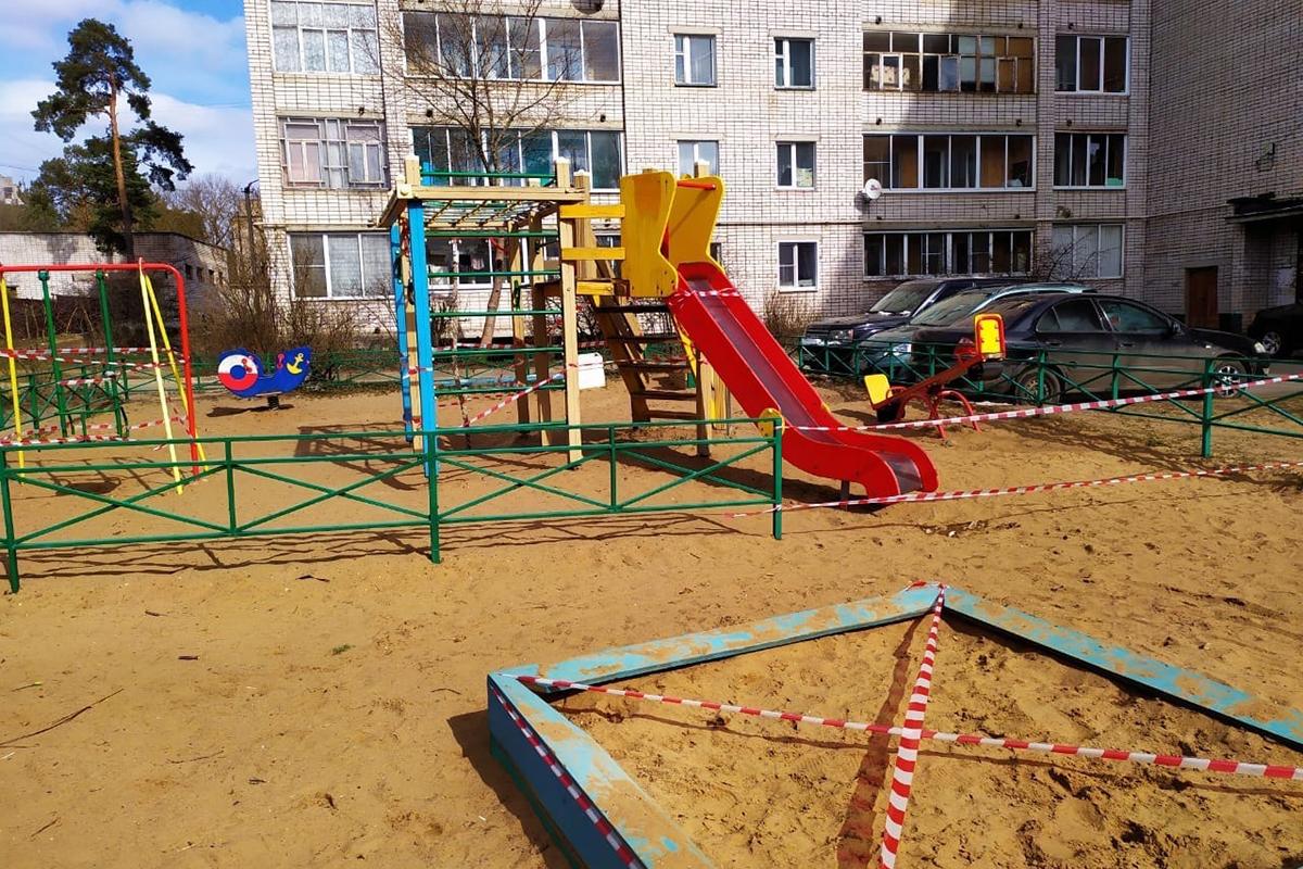 В Кимрах детские площадки безуспешно попытались оградить от посетителей сигнальной лентой