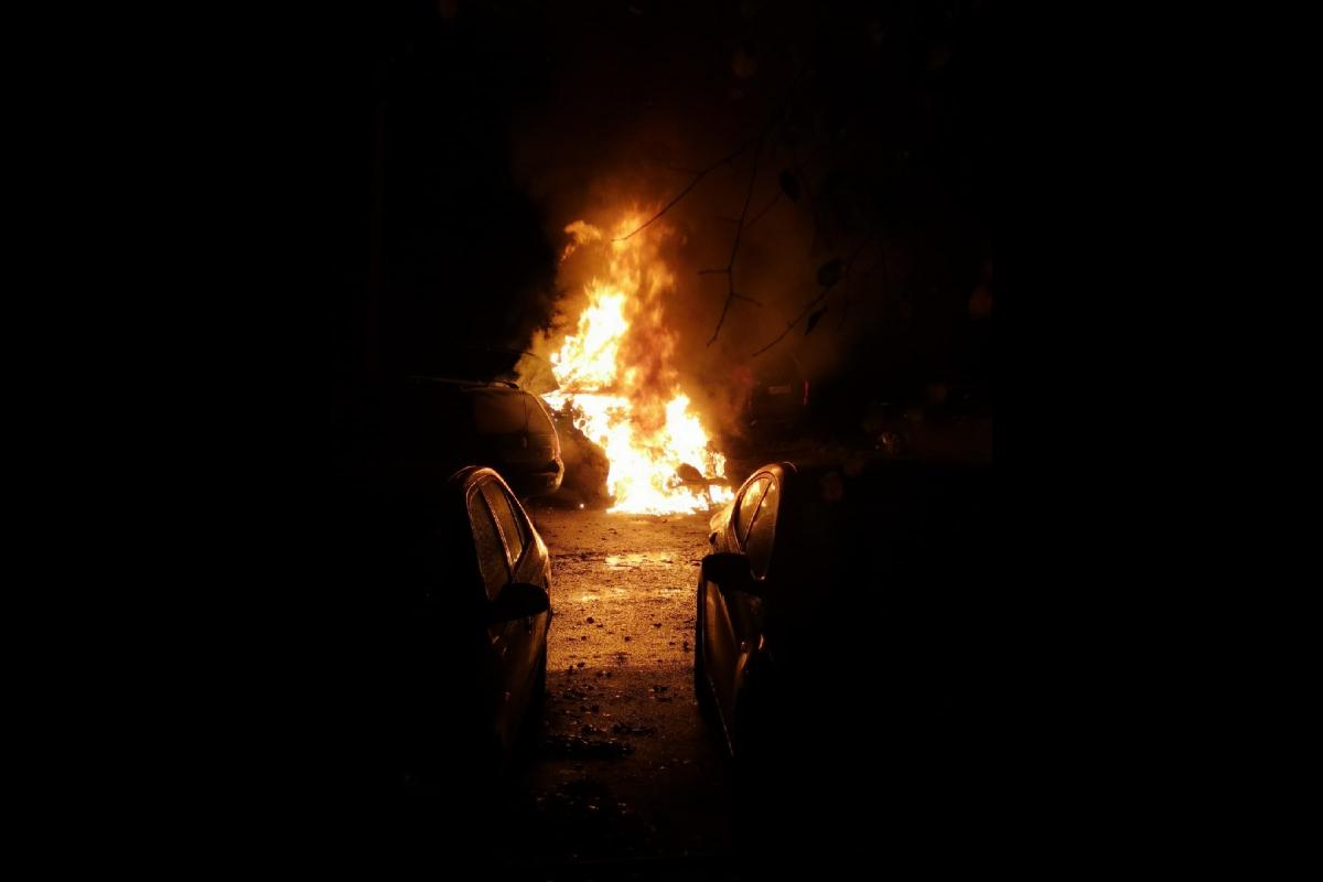 Ночью в Конаково сожгли BMW Х5: Огонь задел припаркованный рядом Volkswagen Golf.